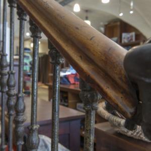 Bild Treppenaufgang mit Blick auf Kassentisch
